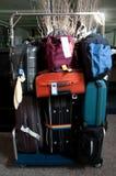 Bagage som består av stora resväskaryggsäckar Arkivfoton