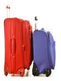 Bagage som består av stora resväskor, och loppet hänger löst på vit Arkivbild