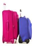 Bagage som består av stora resväskor, och loppet hänger löst på vit Arkivbilder