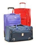 Bagage som består av stora resväskor, och loppet hänger löst på vit Royaltyfri Fotografi
