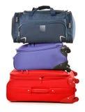 Bagage som består av stora resväskor, och loppet hänger löst på vit Royaltyfri Bild