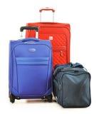 Bagage som består av stora resväskor, och loppet hänger löst på vit Royaltyfria Bilder