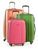 Bagage som består av stora resväskor på vit royaltyfri bild