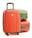 Bagage som består av tre resväskor på vit arkivbild