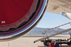 Bagage sur la bande de conveyeur de l'avion Photographie stock libre de droits