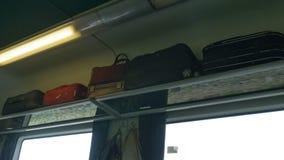 Bagage sur la voiture de train banque de vidéos