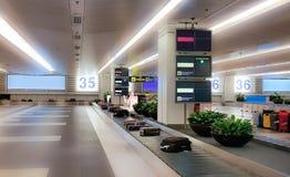 Bagage sur le fond de tache floue de voie dans l'aéroport Photographie stock