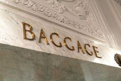 Bagage undertecknar in marmor royaltyfria foton