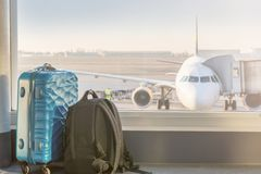Bagage voor een vliegtuig bij de luchthaven stock foto's