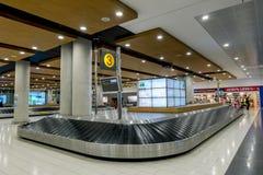 Bagagebältet i ankomstterminalen av den internationella aien Arkivbild