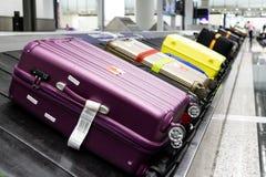 Bagagebagage op de riem van de transportbandcarrousel bij luchthavenaankomst royalty-vrije stock afbeeldingen