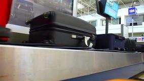Bagagecarrousel bij de luchthaven stock videobeelden