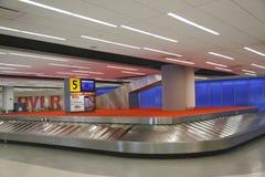 Bagagekarusell i JetBlue terminal 5 på den internationella flygplatsen för JFK i New York Arkivbild