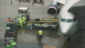 A bagagem é carregada no plano no aeroporto do EL Prat video estoque
