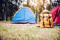 A bagagem é colocada no assoalho atrás de uma barraca para acampar fotos de stock