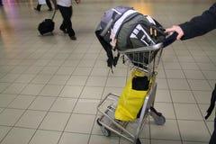 Bagagem de mão no carro no aeroporto foto de stock royalty free