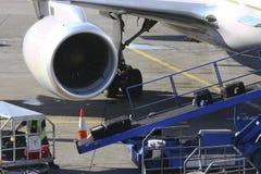 Bagagem do carregamento no aeroporto fotografia de stock