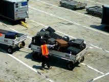 Bagagem do passageiro dos aviões do carregamento imagem de stock