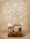 Bagagem do viajante com roupa e ícones tirados mão Fotografia de Stock Royalty Free
