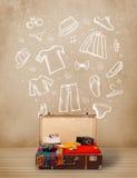 Bagagem do viajante com roupa e ícones tirados mão Imagens de Stock Royalty Free