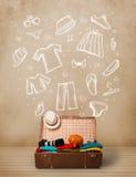 Bagagem do viajante com roupa e ícones tirados mão Foto de Stock Royalty Free