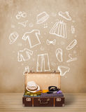 Bagagem do viajante com roupa e ícones tirados mão Foto de Stock