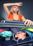 Bagagem esgotada da embalagem da jovem mulher Fotografia de Stock Royalty Free