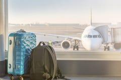 Bagagem na frente de um avião no aeroporto fotos de stock