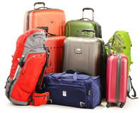 A bagagem que consistem em grandes mochilas das malas de viagem e o curso ensacam Fotografia de Stock