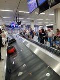 Bagagereklamation på flygplatsen arkivfoton