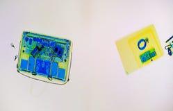 Bagages balayés sur l'écran de scanner de rayon X Photographie stock