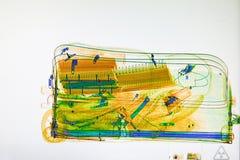 Bagages balayés sur l'écran de scanner de rayon X Photos stock
