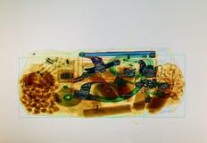 Bagages balayés sur l'écran de scanner de rayon X à l'aéroport Photos stock