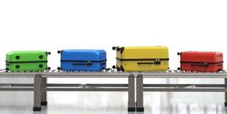 Bagages colorés sur la bande de conveyeur Photos stock