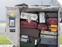 Bagages dans le récipient de cargaison Photographie stock libre de droits