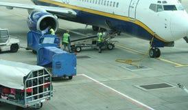 Bagages de charge sur l'avion Photo libre de droits