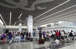 Bagages sortant sur le carrousel de bagages à l'International de Kolkata Image stock