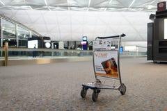 Bagagespårvagn i flygplats Royaltyfri Fotografi