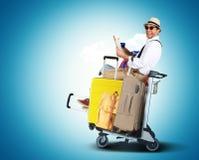 Bagagetoeristen met grote koffers stock foto's