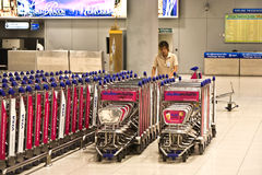Bagagevagnar på Suvarnabhumi den internationella flygplatsen Arkivbild