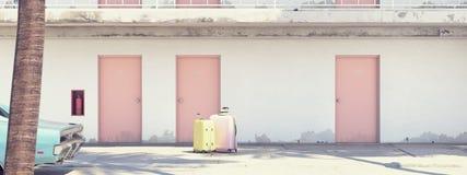 Bagagli accanto all'automobile parcheggiata fuori del motel rappresentazione 3d Fotografie Stock Libere da Diritti