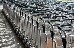 Bagagli dei carrelli in un crudo in aeroporto Immagini Stock