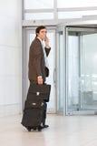 Bagagli di trasporto dell'uomo di affari Fotografie Stock