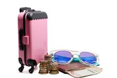 Bagagli rosa, pila tailandese dei soldi di moneta, banconote, passaporto e fotografia stock