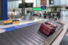 Bagagli sui precedenti della sfuocatura della pista in aeroporto Fotografie Stock