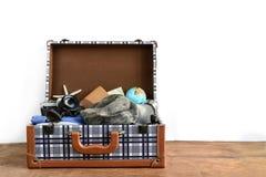 Bagagli turistici d'annata con i vestiti, accessori Fotografia Stock Libera da Diritti