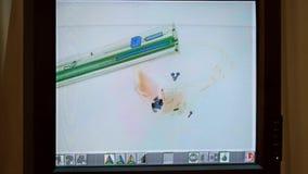 Bagaglio esplorato sullo schermo dell'analizzatore dei raggi x all'aeroporto video d archivio