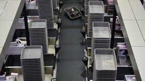 bagaglio 4K che tratta il sistema del nastro trasportatore allo scrittorio del controllo dentro in aeroporto video d archivio
