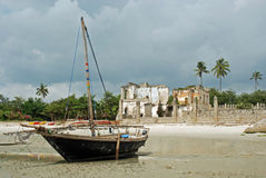 bagamoyo海滩小船捕鱼破坏坦桑尼亚城镇 库存照片