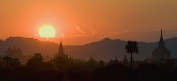 bagan在日落寺庙 库存图片